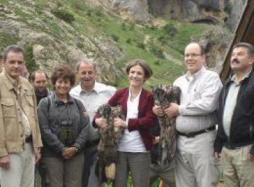 SAS Albert II de Monaco et Chantal Jouanno, secrétaire d'Etat à l'Ecologie, lors d'un lâcher de gypaètes barbus