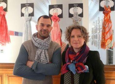 Des foulards pour la promotion des artistes vivants