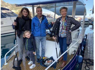 Ramassage des déchets en mer sur un bateau solaire...